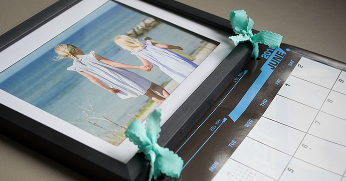 Tie a ribbon to attach the calendar to the frame